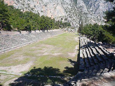 Дельфийский стадион. С шестого века до н.э. в Пифийские игры входят атлетические и конные состязания.