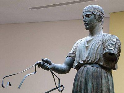Иниохос – статуя юноши возничего классической эпохи в музее Дельф, самый знаменитый экспонат музея.