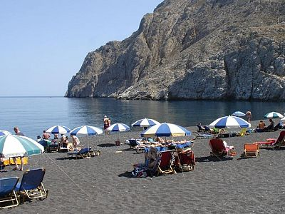 Утренний солнечный пляж в Санторини