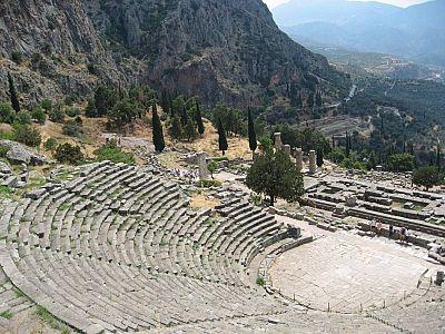 Театр Дельф. Основанные самим Аполлоном Пифийские Игры, первоначально, до 6 века до н.э., включали только лишь музыкальные состязания.