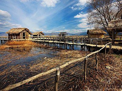 Озёрное поселение Лимнеон эпохи Неолита, музей под открытым небом. Дома на сваях восстановлены прямо в озере, где и находился этот доисторический посё
