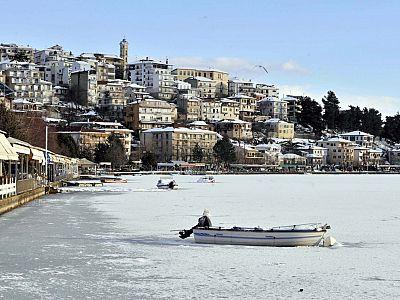 Климат здесь настолько отличается от побережья, что озеро Орестиада зимой нередко покрывается льдом.
