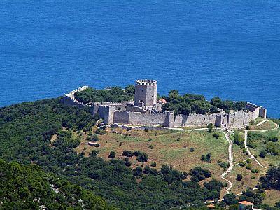 Вид на крепость Платамонас от храма свв. Константина и Елены