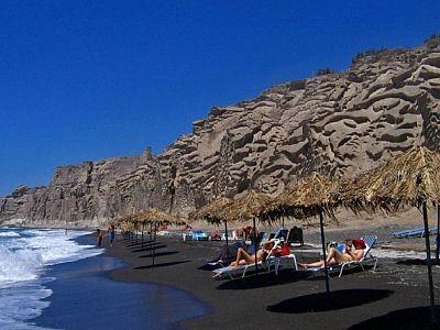 Пляж Санторини с черным вулканическим песком