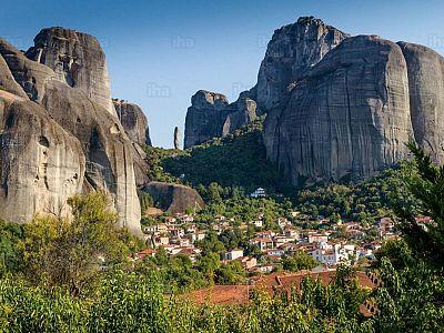 Деревня Кастраки у подножия Метеорских скал с кельей святого Николая Бадова и скитом Дупьяни