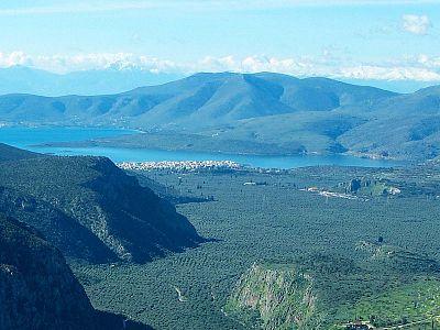 Дельфийская долина практически вся покрыта оливковыми рощами. На побережье виднеется курортный городок Итея, где находятся ближайшие к Дельфам пляжи.