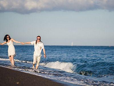 Прогулка по пляжу в Санторини