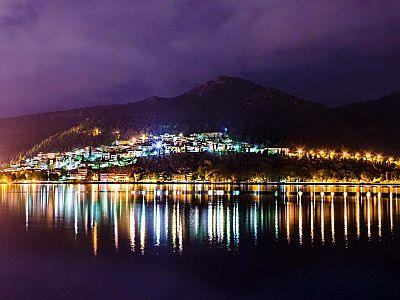 Не менее прекрасна Касторья и ночью.