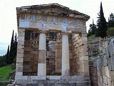 Сокровищница Афинян. Каждый древнегреческий полис стремился воздвигнуть свою сокровищницу в Дельфах, как показатель могущества и благосостояния города
