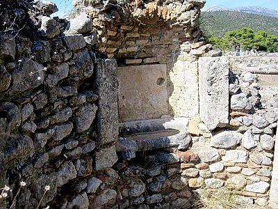 Фрагмент древнего умывальника