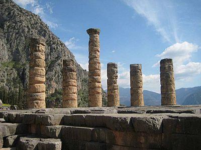 Колонны храма Аполлона Пифийского, в святилище которого одна из Пифий, служительниц Оракула вещавсих волю Аполлона, отвечала вопрошавшим.