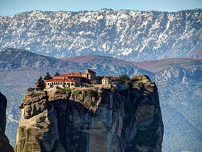 МЕТЕОРА Монастырь святой Троицы на фоне гор Антихасья