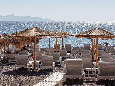 Пляж Камари. Зонтики в греческом стиле